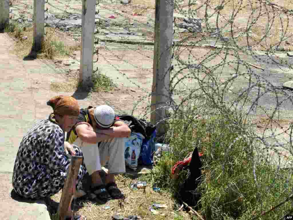 Қырғыз-өзбек шекарасындағы өзбек босқындары. 20 маусым 2010 жыл.