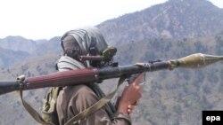 Вооруженный боевик «Талибана» близ района Бунер в Пакистане. 11 апреля 2009 года.