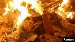 Портрет Януковича у горящего здания СБУ во Львове