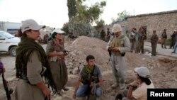 مقاتلون من حزب العمال الكردستاني التركي في جبهة مخمور لمواجهة داعش (من الارشيف)