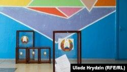 На избирательном участке в Беларуси в день досрочного голосования на выборах президента страны.