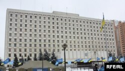«Варта» Партії регіонів біля будівлі ЦВК, Київ, 5 лютого 2010 року