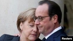 Германия канцлері Ангела Меркель (сол жақта) мен Франция президенті Франсуа Олланд. Париж, 11 қаңтар 2015 жыл.