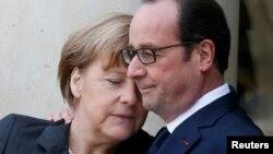 Президент Франции Франсуа Олланд и канцлер Германии Ангела Меркель перед маршем солидарности в столице Франции. Париж, 11 января 2015 года.