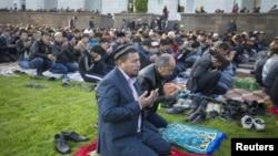 Мужчины молятся у центральной мечети в Алматы. 24 сентября 2015 года.