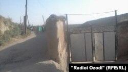Манзили фақиронаи хонаводаи Бобоҷон Қурбонов дар шаҳри Кӯлоб