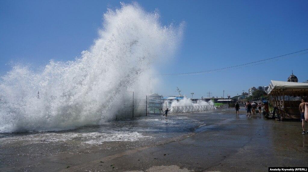 Але ось море серйозно штормило