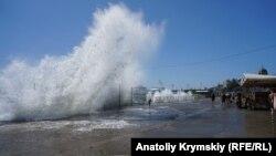 Шторм в Крыму у берегов Ялты