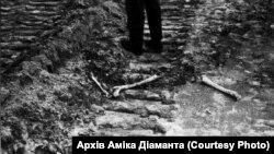 Для більшої наочності того жахіття, яке побачив Діамант на місці Бабиного Яру, деякі кістки він спеціально поклав на місце гусеничного треку. Це фото ‒ символ, говорить він. Серпень 1961 року. Архів Аміка Діаманта.