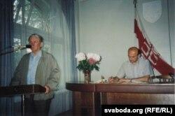 Васіль Быкаў і Зянон Пазьняк. Сядзіба БНФ, 1995 г. Фота С. Навумчыка