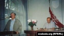 Васіль Быкаў прамаўляе на Сойме БНФ, за сталом - Зянон Пазьняк. 1995, Менск, сядзіба БНФ