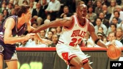 "Майкъл Джордън с екипа на ""Чикаго Булс"""