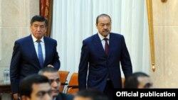 Кыргыз премьери Сооронбай Жээнбеков менен Өзбекстандын премьер-министри Абдулла Арипов.