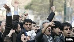 تجمع اعتراضآمیز جمعی از معلمان در مقابل مجلس شورای اسلامی. ۳ مارس ۲۰۰۷.