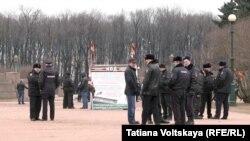 Demonstranti bliski ruskim vlastima pokušavaju da spriječe protest u Sankt Peterburgu protiv zlostavljanja homoseksualaca u Čečeniji