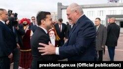 Alyaksandr Lukashenka (sağda) və Volodymyr Zelenskiy Jitomirdə görüşüblər