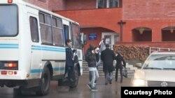 Подозрительные автобусы у избирательного участка в Новгороде