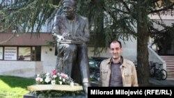 Berislav Blagojević pored spomenika Branku Ćopiću