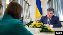 Украина президенті Петр Порошенко АҚШ мемлекеттік хатшысының көмекшісі Виктория Нуландпен кездесіп отыр. Киев, 6 қазан 2014 жыл.