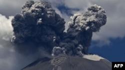 Облако пыли и дыма над вулканом. Иллюстративное фото.