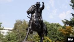 """Споменикот на Питу Гули во паркот """"Жена борец""""."""
