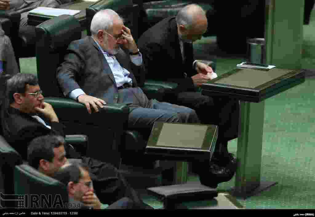 روزهای سخت محمدجواد ظریف در مجلس در هنگام بحث برای تصویب برجام.
