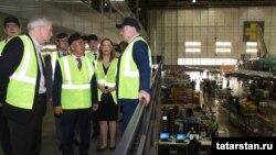 """Татарстан президенты Рөстәм Миңнеханов (уртада) АКШта """"Boeing"""" ширкәтенең эшчәнлеге белән таныша."""