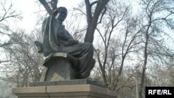 Алматыда ақын Мұқағали Мақатаевқа қойылған ескерткіш.