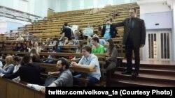 Николай Стариков лекциясенә ризасызлык белдерүче Русия һуманитар университеты студентлары