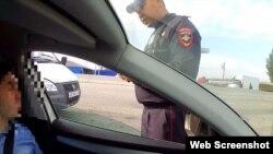Мужчина утверждает, что улыбается полицейским, но зрители этого увидеть не могут