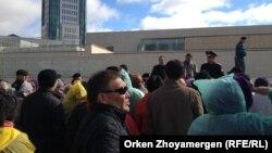"""""""Ипотечники"""" у правительственных зданий в Астане. 1 октября 2013 года."""