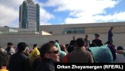 Астанаға әр жақтан жиналған 150 жуық борышкер Бәйтеректен министрлер үйіне бара жатыр. Астана, 1 қазан 2013 жыл.