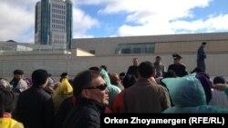 Астанаға әр жақтан жиналған борышкерлер Бәйтеректен министрлер үйіне бара жатыр. Астана, 1 қазан 2013 жыл.