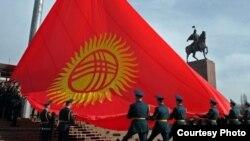 Флаг Кыргызстана на площади в Бишкеке.