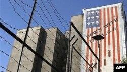 Тегеран көшесіндегі көпқабатты ғимараттың қабырғасындағы АҚШ-қа қарсы сурет пен жазу. Иран, 26 қыркүйек 2007 жыл.