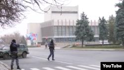 Неизвестные вооруженные люди в центре Луганска