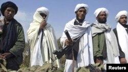 شماری از اعضای طالبان که با بر زمین گذاشتن سلاحهای خود دست از مبارزه علیه دولت افغانستان کشیدهاند