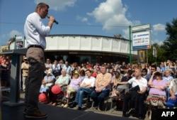 Алексей Навальный сайлаушылармен кездесіп тұр. Мәскеу, 8 тамыз 2013 жыл.