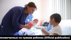 7-летняя Аиша Ажигова с Уполномоченной при президента РФ по правам ребенка Анной Кузнецовой
