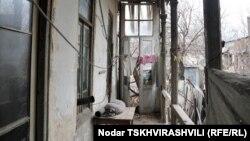 Представители администрации Крцанисского района столицы, где расположены аварийные строения, сообщили пострадавшим семьям, что помочь им с новым жильем не смогут, поскольку оно является их собственностью