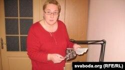 Паліна Сьцепаненка з архівам фатографа Ўладзімера Сапагова