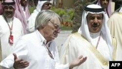 پادشاه بحرین (راست) در کنار برنی اکسلستون، از مقامهای ارشد برگزاری رقابتهای اتومبیلرانی فرمول یک