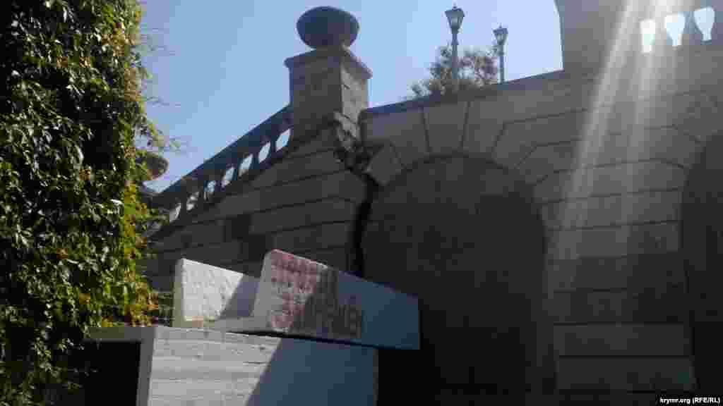 Трещина в арочном своде Митридатской лестницы