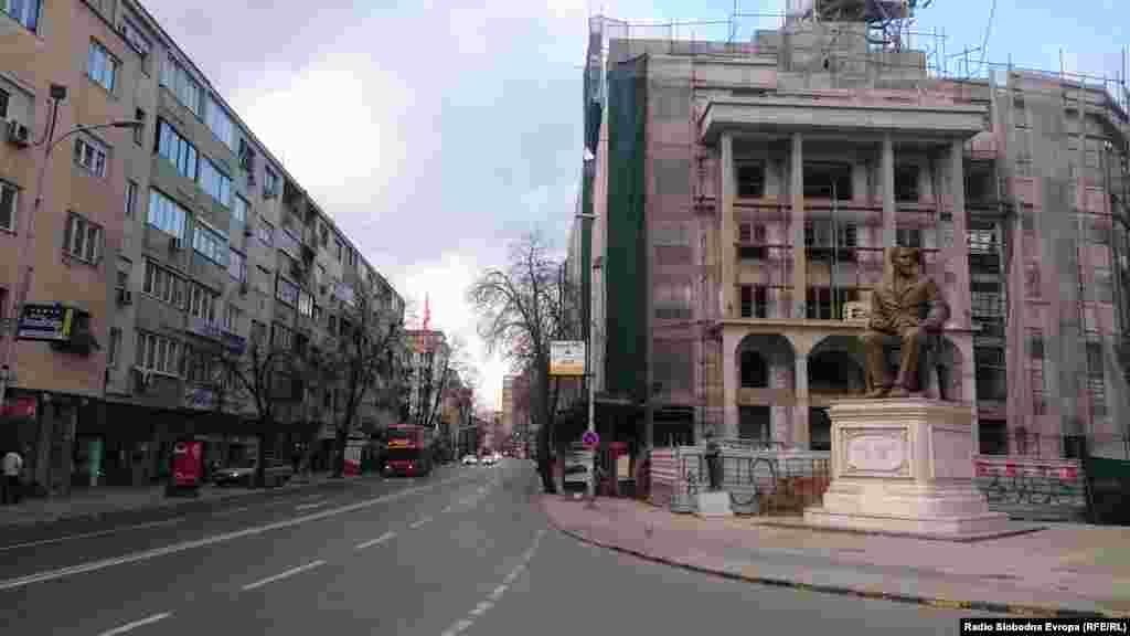 Реконструкција на фасада на зграда во центарот на Скопје.