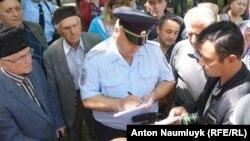 Поліція перевіряє документи в учасників жалобної акції до роковин депортації кримськотатарського народу, 18 травня 2017 року