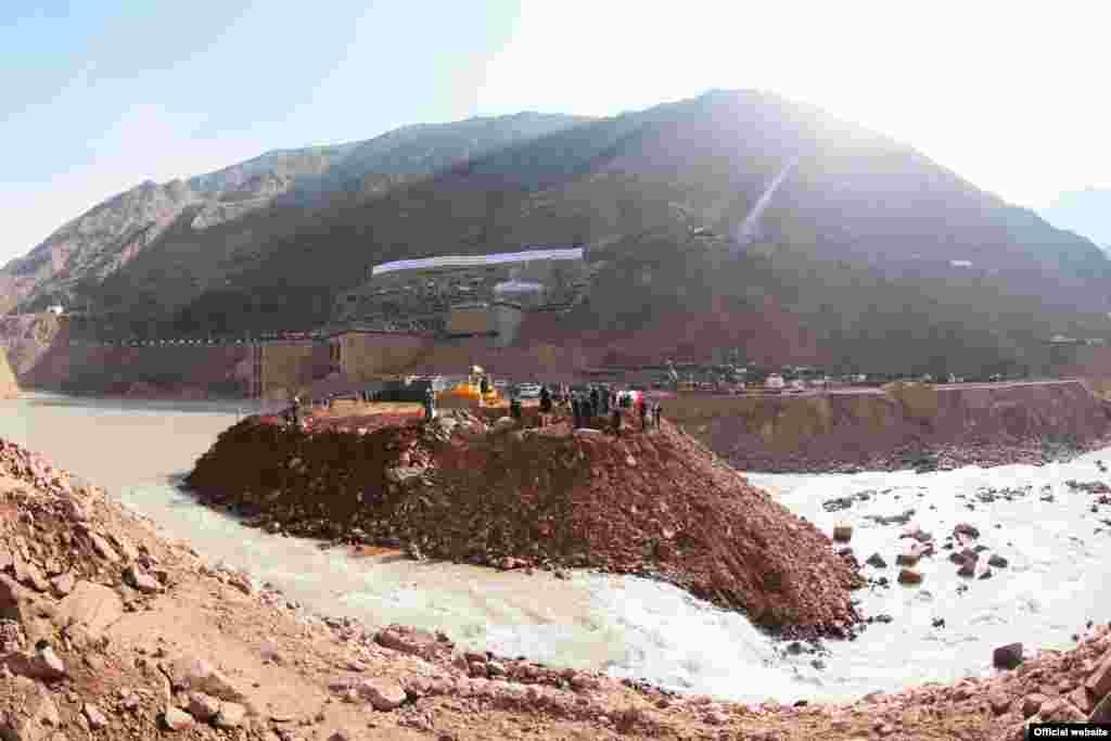 Таджикские власти заявляют, что строительство Рогунской ГЭС не преследует цели оставить без оросительной влаги сельхозугодия стран ниже по течению реки, в частности Узбекистана.