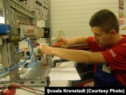 Elev mecanic la o școală din Brașov.