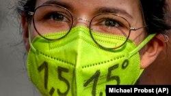 1,5 százalékkal emelkedhet csak a Föld átlaghőmérséklete: áll egy német klímatüntető maszkján