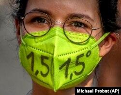 Mii de oameni au participat la proteste împotriva schimbărilor climatice în Frankfurt în luna august. La acea perioadă partidul verde s-a clasat la 19% în sondaje, cu 2% mai mult decât SDP.