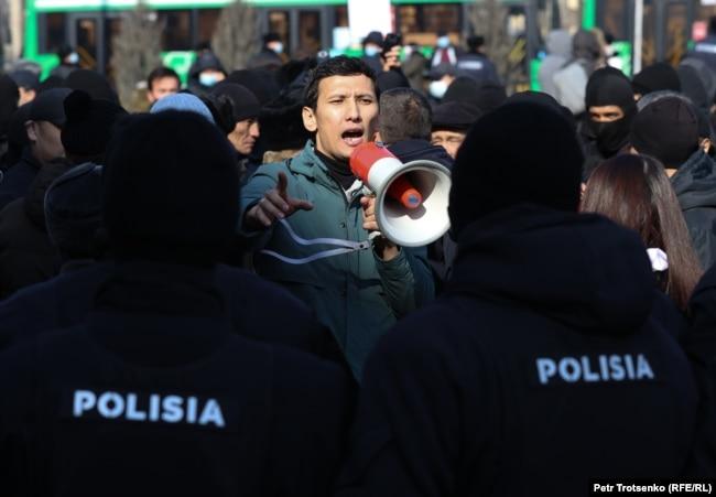 Активист в окружении сотрудников полиции. Алматы, 28 февраля 2021 года.